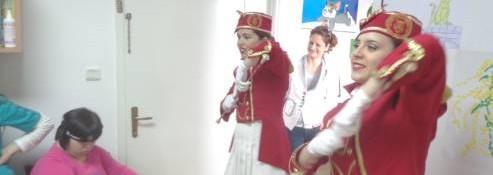 """23.02.2015. godine. Posjeta plesne škole """" Diano"""" na čelu sa Antonijom Novoselac u pratnji mažoretki koje su djeci Dnevnog centra priredile kratak performans. Takođe je u okviru druženja održan dječiji maskembal."""