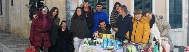 25. 12. 2018. Izlozbeni stand korisnika Dnevnog centra na Bozicnom bazaru na trgu u Herceg Novom!