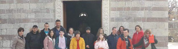 22. 01. 2020.   Izlet korisnika Dnevnog centra u Budvu. Posjeta Manastiru Podmaine, šetnja kroz stari grad Budva, šetnja uz more, ručak i osvježenje.