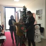 U susret Novoj Godini i predstojećim predstojećim praznicim djecu u dnevnom centru su posjetile gospođa Sandra Katić i gospođa Zorana Vučurović, predstavnice firme Sava osiguranje, i tom prilikom im uručili prigodne novogodišnje paketiće.
